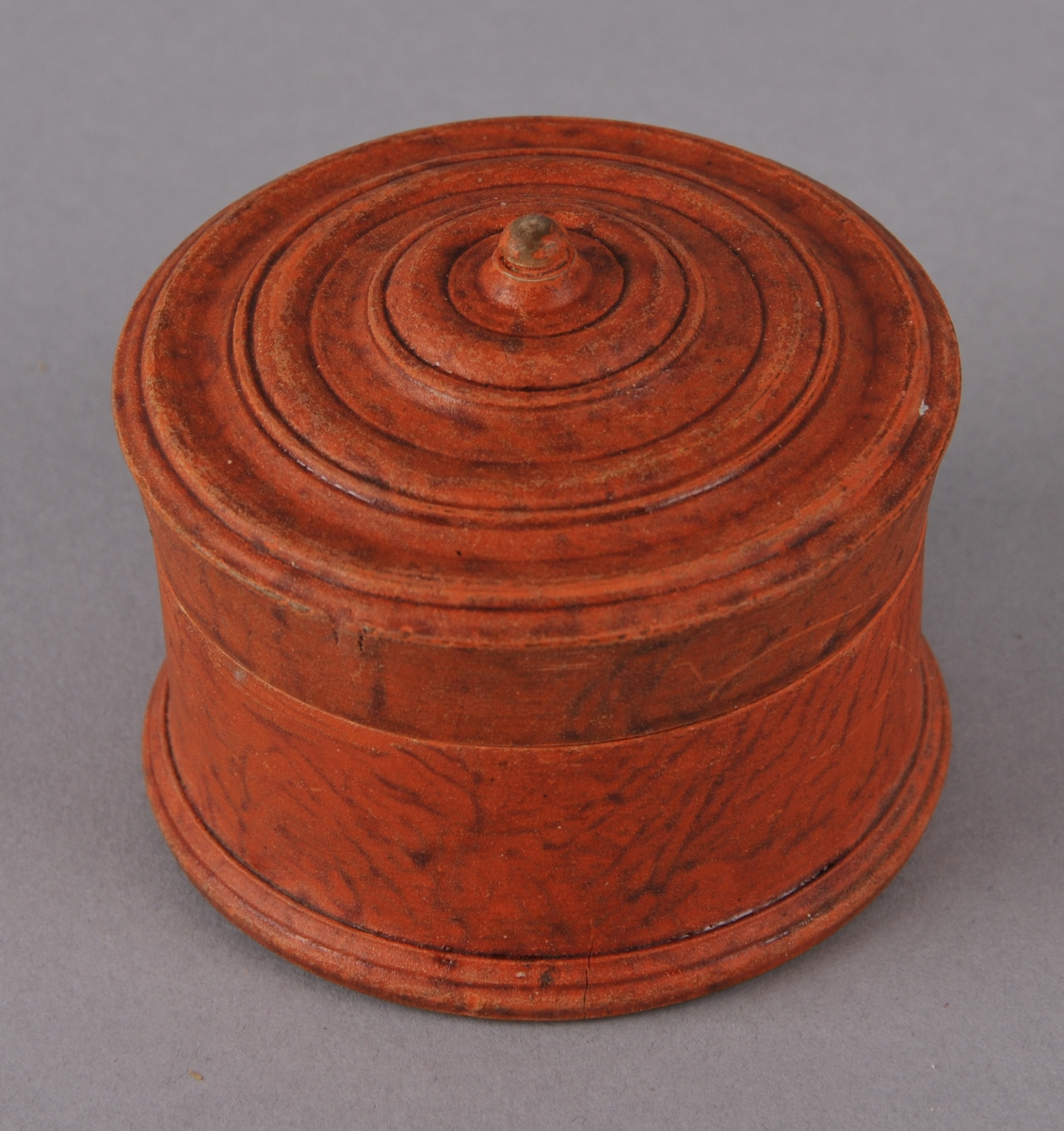 Form: Rund liten eske med lokk.