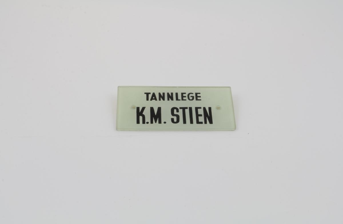 Kontorskilt, rektangulært med trykte, sorte bokstaver.