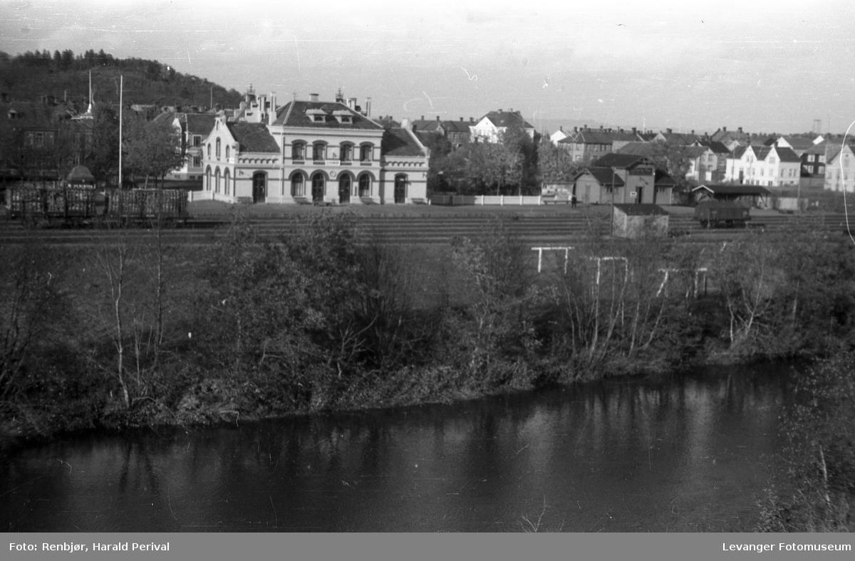 Jernbanestasjonen i Levanger sett fra Levangerelva.