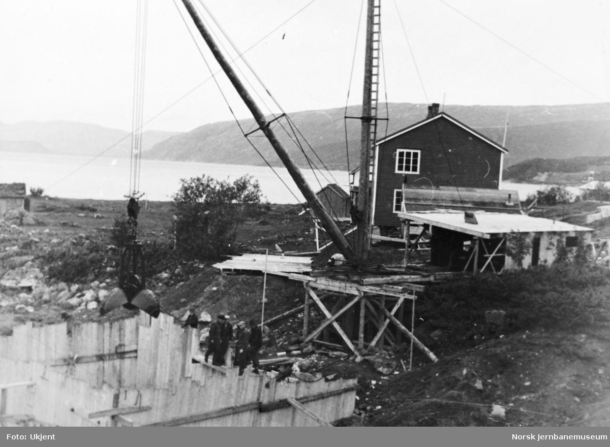 Anlegget Mosjøen-Mo i Rana : bru over Fusta, støping av nordre landkar, pel 725