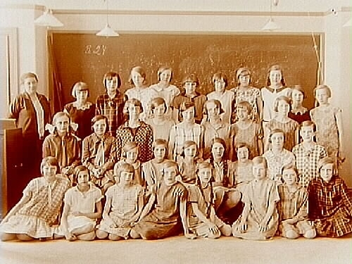 Engelbrektsskolan, klassrumsinteriör, 33 skolflickor med lärarinna fru Elsa Perselli.