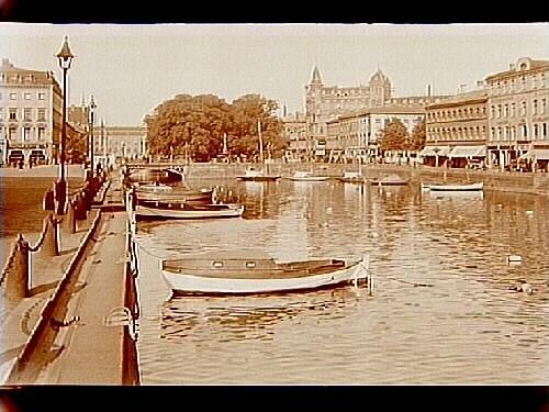 Stora Hamnkanalen från Tyska Bron, båtar och bostadshus.