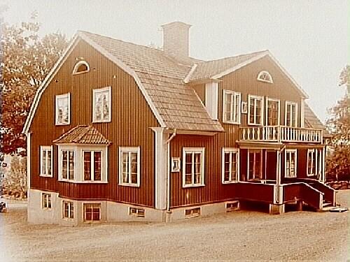 Gryta Ålderdomshem, envånings bostadshus med inredd vind, brutet tak, burspråk, balkong och veranda.
