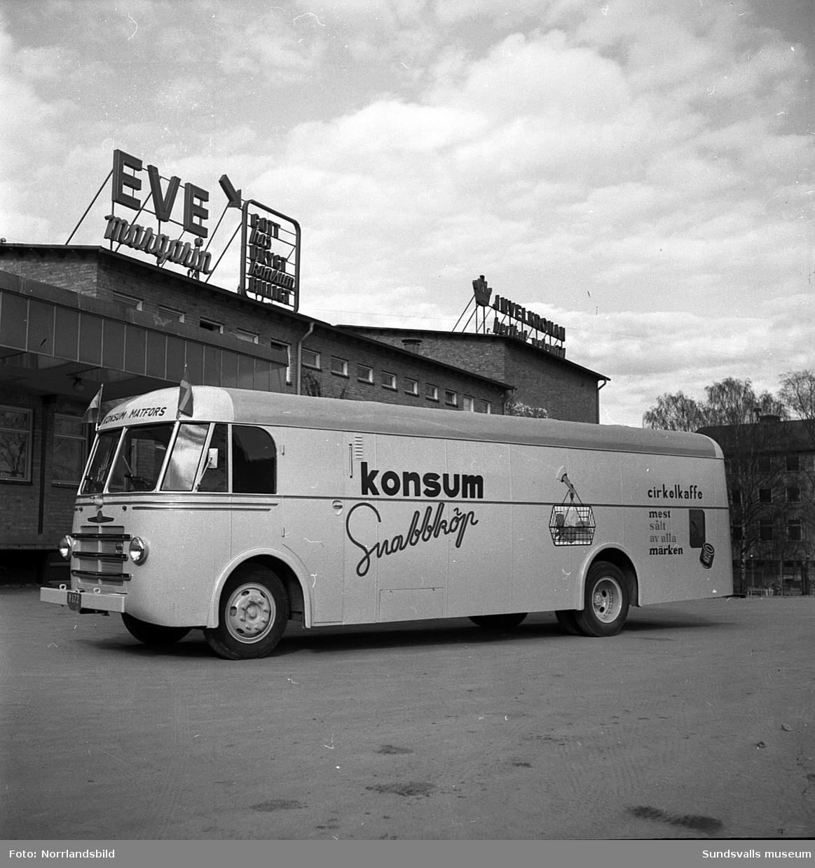 Konsums snabbköpsbuss, med destination Matfors, utanför KPS charkuterifabrik och bageri vid Landsvägsallén. Bakom bussen skymtar Coronabageriet.
