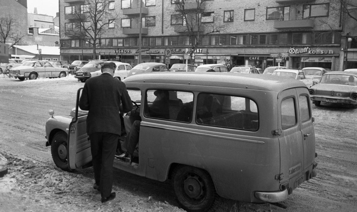 """Juggar utvisade, 13 januari 1966På bilden syns de """"utvisade juggarna"""" i och vid bilen på parkeringen."""