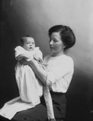 En kvinna och ett litet barn, barndop.