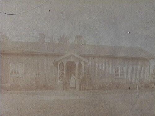 Sex personer framför huset (Billingbo)