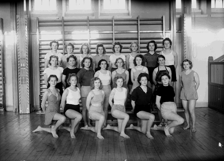 Interiör av gymnastiksal, 22 kvinnor.Arbetarnas Gymnastik Förening, AGF, kvinnliga morgonavdelningen.