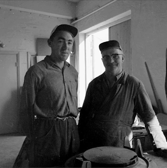 Carlsfors (Karlsfors) snickerifabrik, interiör, två arbetare.Gustafsson & Görtz (beställare ?). Mannen till vänster heter Månsson.