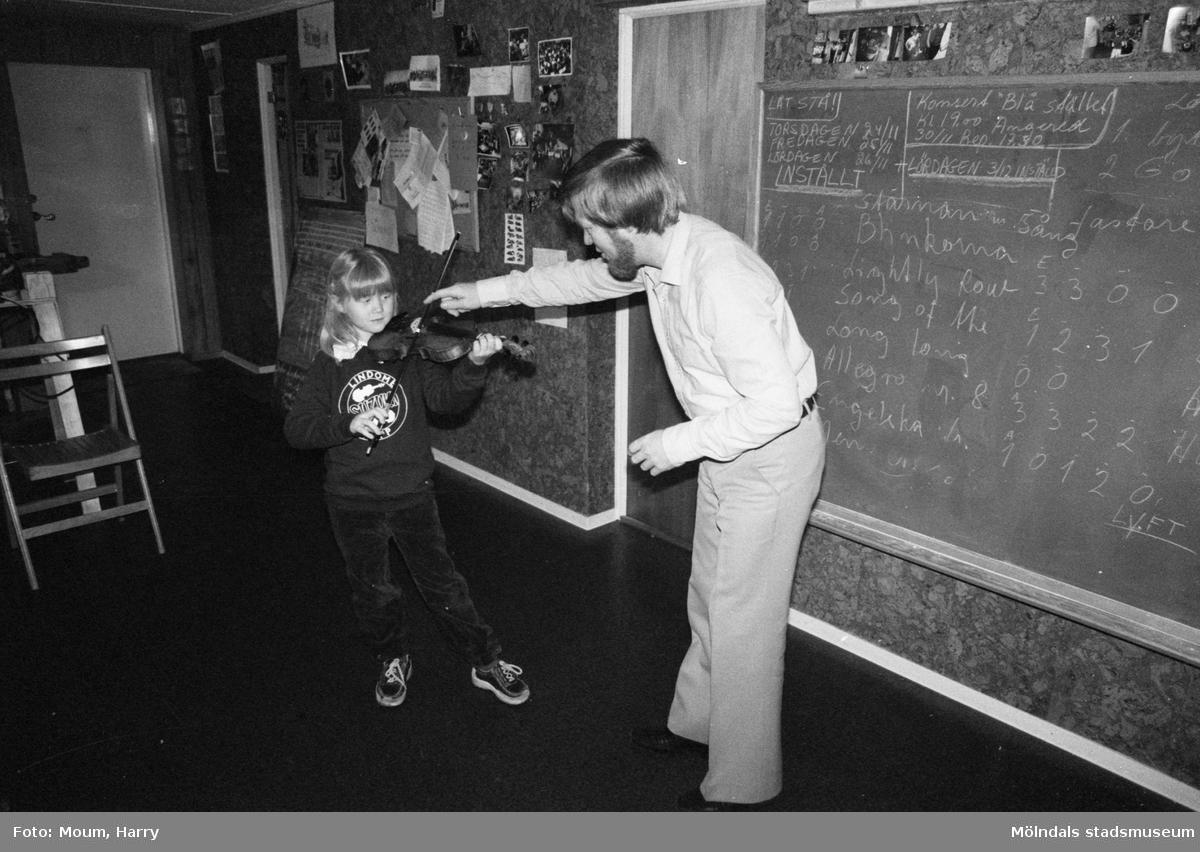 Carlo Hansen, Lindome, lär barn att spela violin enligt Suzuki-metoden, år 1983. 6½-åriga Madelene Christensen tillsammans med läraren Carlo Hansen.  För mer information om bilden se under tilläggsinformation.