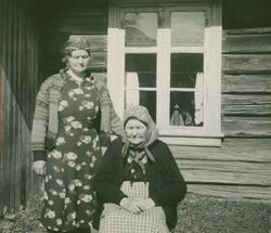 Mor og datter Rangdi Jonsdtr. Lekneshaugen og Gina Kolbjørns