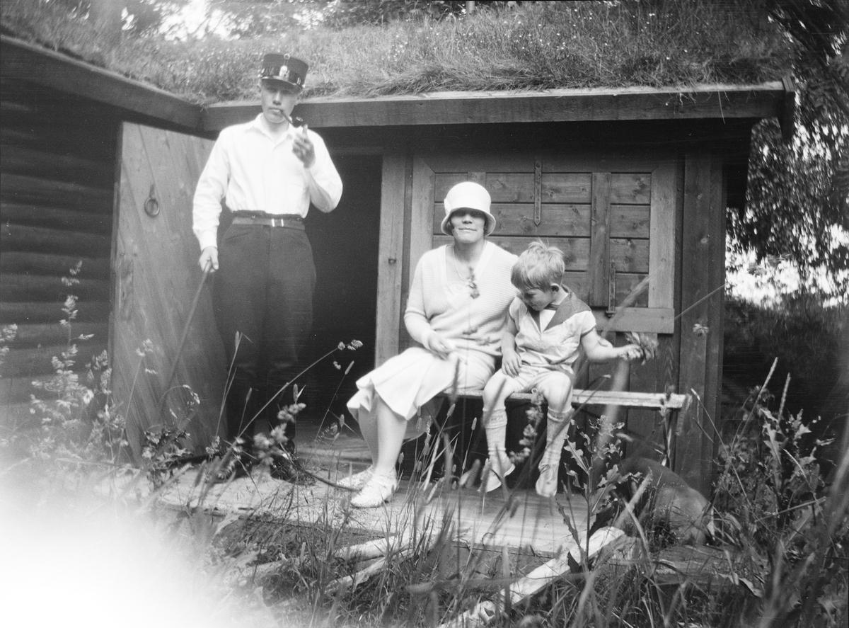 Iacob Ihlen Mathiesen, en kvinne, muligens Celina Marie, og et barn, er på tur til en tømmerhytte.