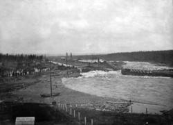 Alby kraftverksdamm våren 1906. En bristning i fördämningen