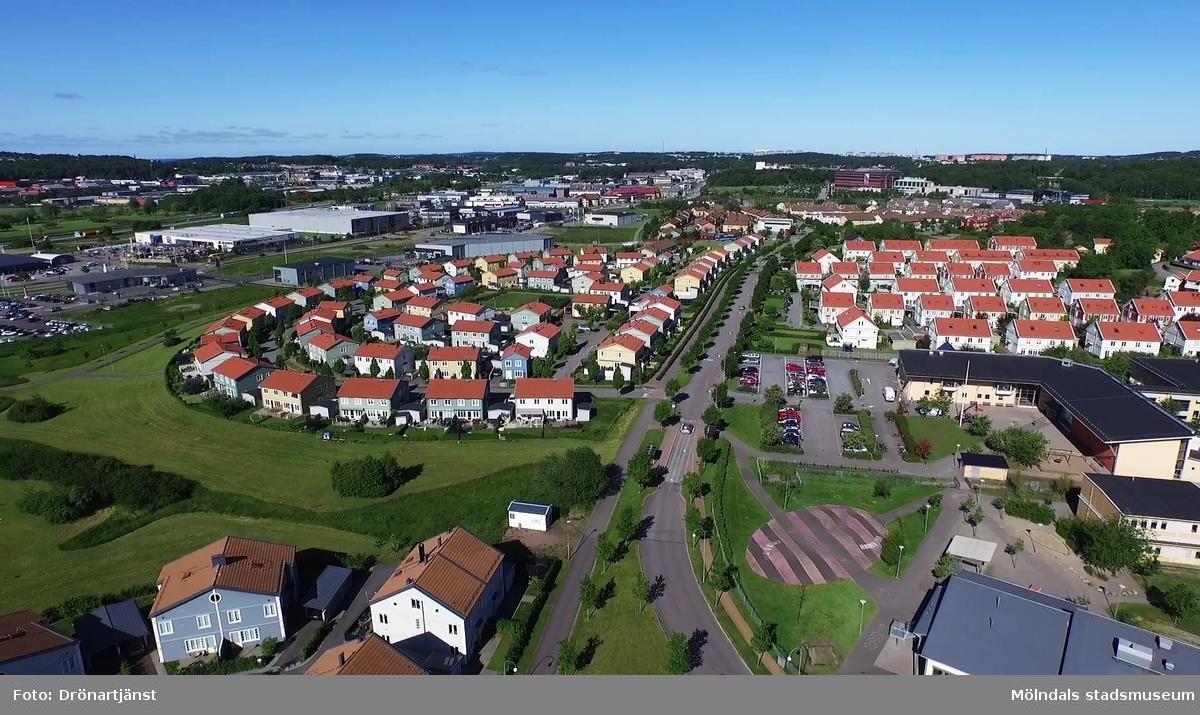 Flygfilm tagen med drönare som visar olika delar av Mölndals kommun, år 2015.