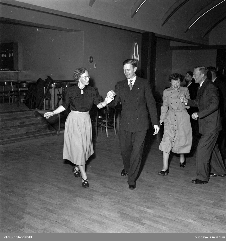 Det är full fart på dansgolvet då polisen har personalfest på Wivex.