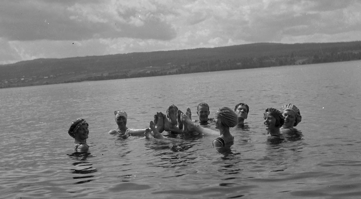 Badplats, grupp i vattnet.Dalarna.