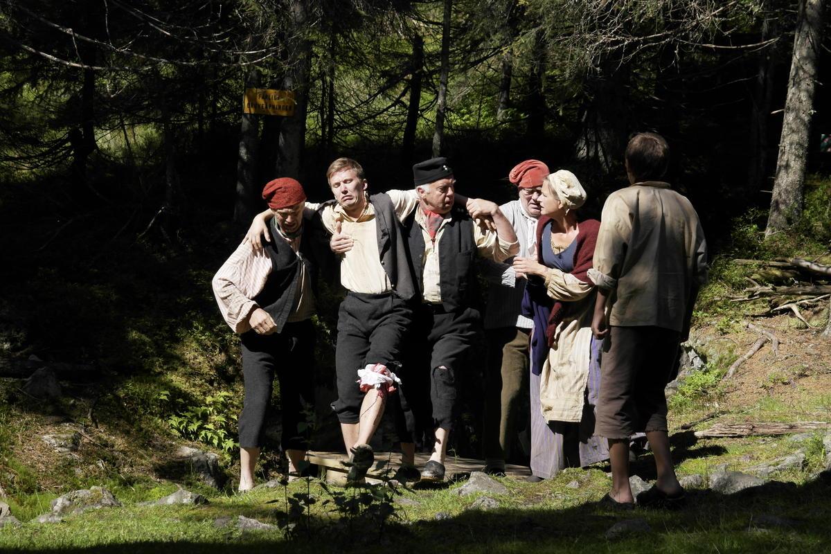 Et teaterstykke med mennesker kledd i roller