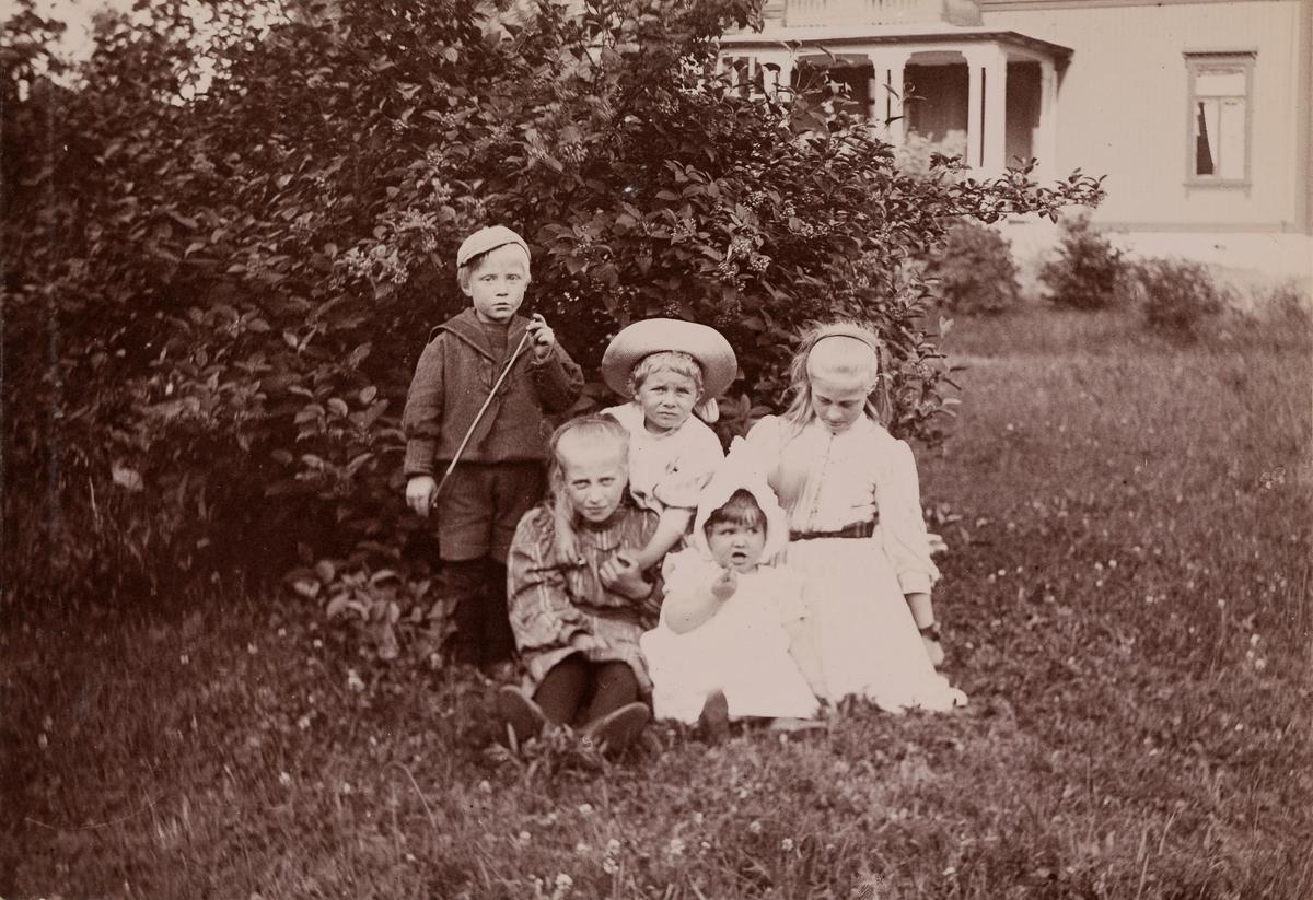 Fem barn leker i hagen.  Fra venstre: Mogens Christensen, Minnie (Emilie) Christensen, Tinken Mathiesen, Eva Mathiesen(?), Eva Christensen.