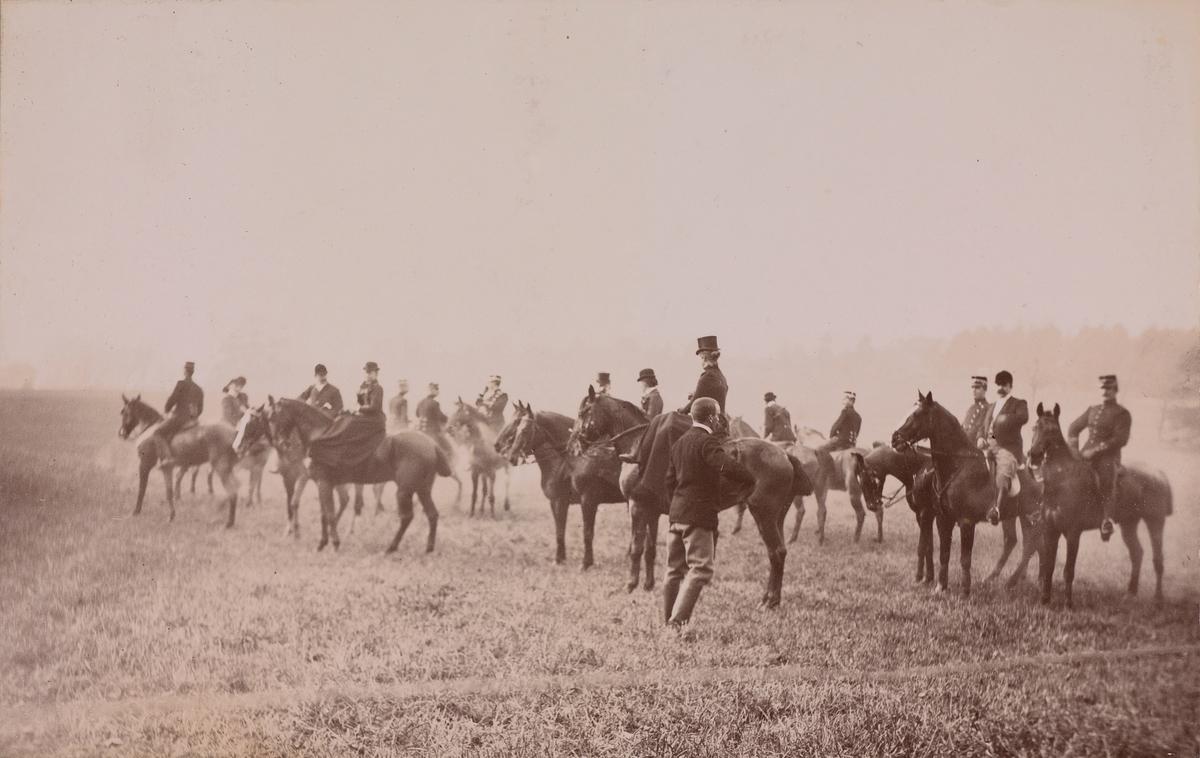 Jaktritt, både mannlige og kvinnelige ryttere på deres hester.