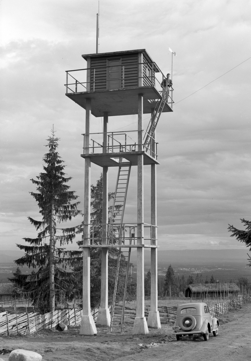 Løten Almenning. Brannvakttårn. Bil, D-890. Brannvaktstasjonen,Savalsætra, Løten.