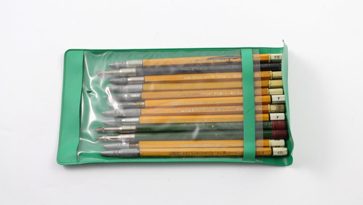 Eske/mappe med blyanter. Gule og grønne skaft, metall på forstykket. Noen har skrift på bakstykket som indikerer blyets hardhet. A: Grønn plastmappe, stedvis transparent, B: Papireske med ulike påskrifter på utsiden.