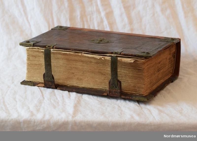 Stor bibel, med illustrerte sider og gotisk skrift.