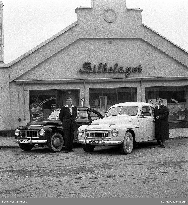 Bilbolaget levererar två Volvo PV som körskolebilar, här uppställda på Bergsgatan utanför de numera rivna bilhallarna.