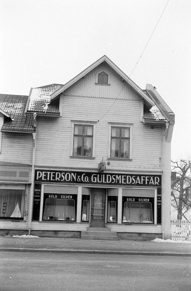 Hus vid Rosenborgsgatan i Huskvarna. Peterson & Co. Guldsmedsaffär finns i markplan och bostäder på ovanvåningen.