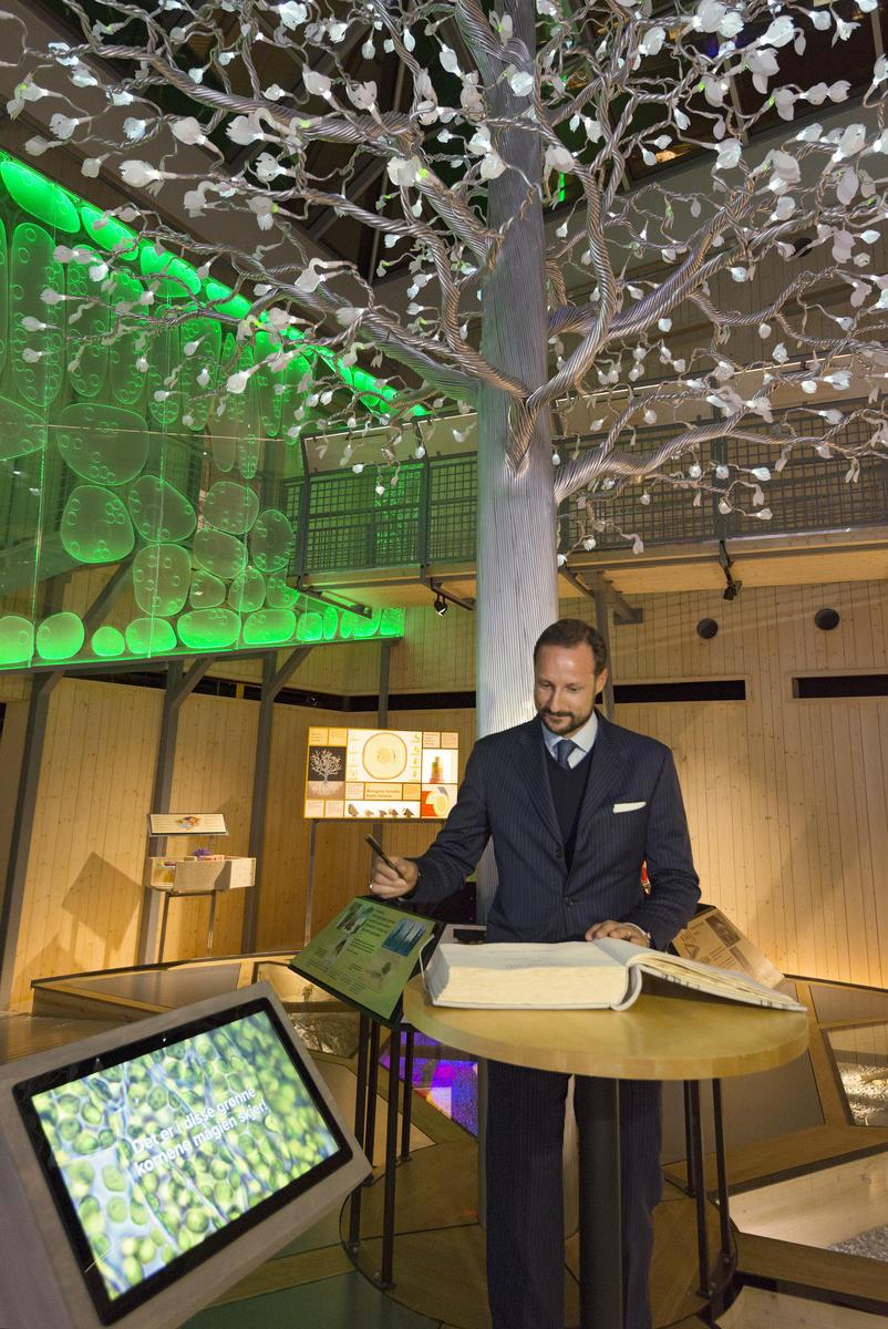 """Kronprins Haakon signerer gjesteboka under åpningen av utstillingen """"Det fantastiske treet"""" 26/1 2016 (Foto/Photo)"""