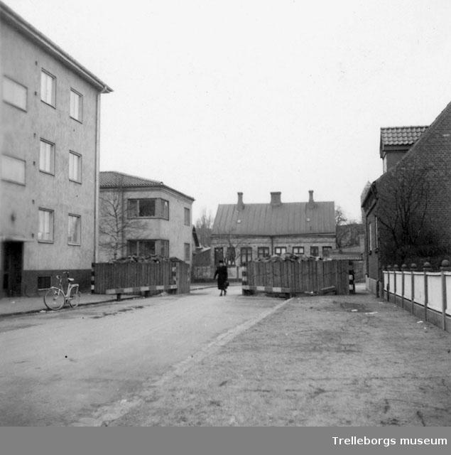Stormaktskriget 1939-, vägspärrar å Trelleborgs gator. Dessa som vara byggda av grova stockar och fyllda med stora stena, ansågs spärra alla tillfarts vägar till hamnen. Öppningen mellan kistan kunde hastigt avstängas med järnbalkar. Ansågs mot krigets slut som betydelselösa och borttagas efter hand 1944-45, 14076b från Ö mot V Hejderidaregatan kvarteren Grävlingen och Igelkotten.