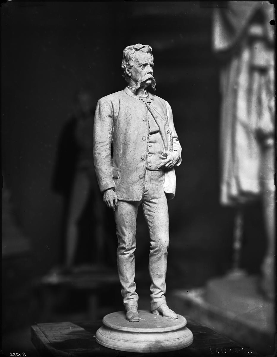 Staty av Gunnar Wennerberg.