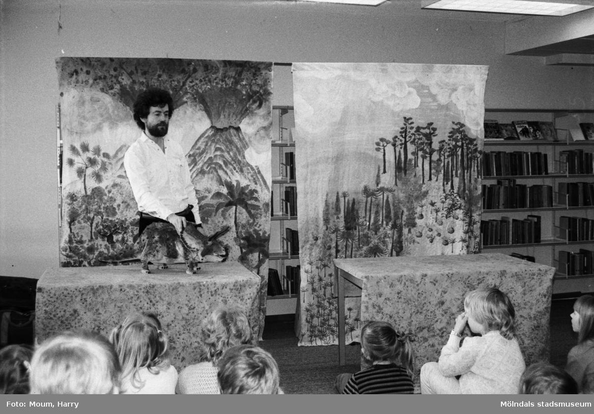 Urban Wahlstedt berättar om dinosaurier för barn på Kållereds bibliotek, år 1984.  För mer information om bilden se under tilläggsinformation.