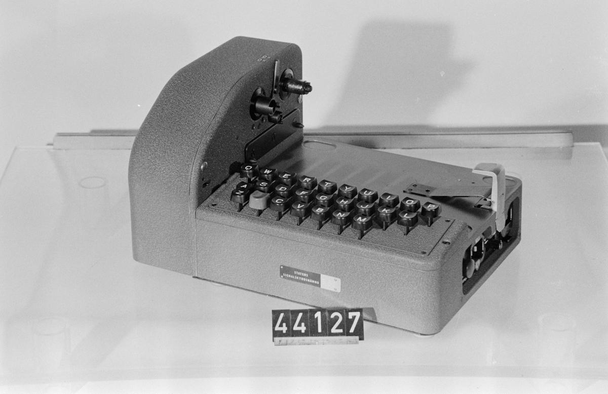 """Tangentbord, tillsats till transportabel chifferapparat typ C-52/CX-52, för chiffertelegram. Märkt: """"Statens signalskyddsnämnd"""""""