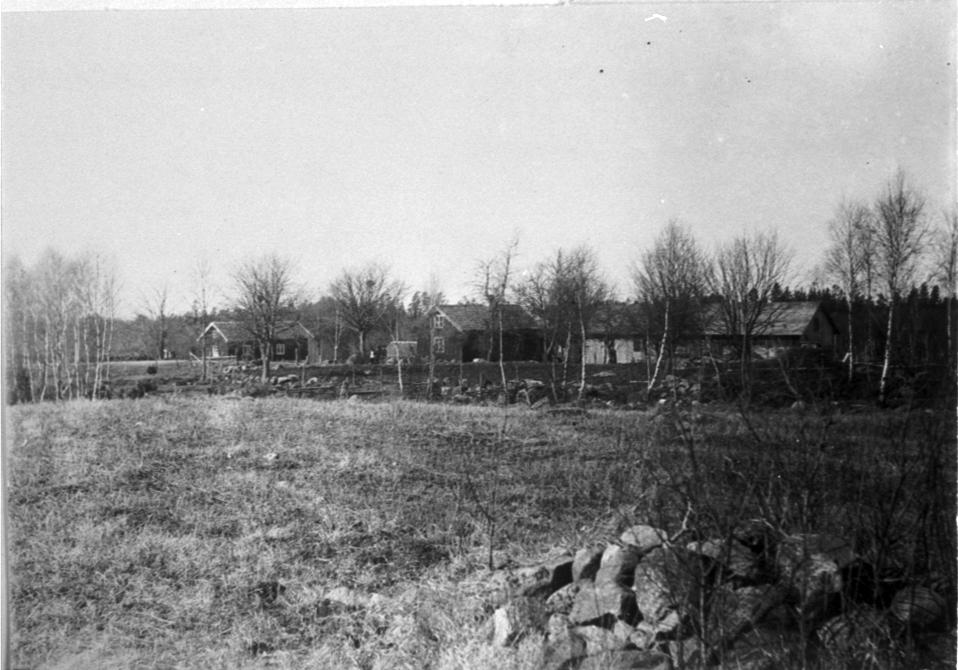 Sigvardstorp till vänster och Hagalund till höger på fotot. Emellan dessa synes vägen mot Broddetorp.