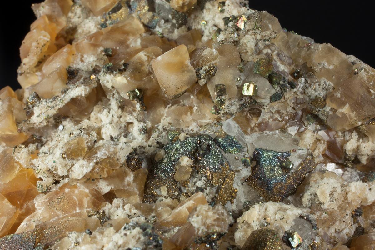 Brun kalsitt og pyritt. Romboedre, brune, med delvis pyrittovertrekk. Også pyritt xls til 0.4 cm. Tilleggsdrusa 130 N.