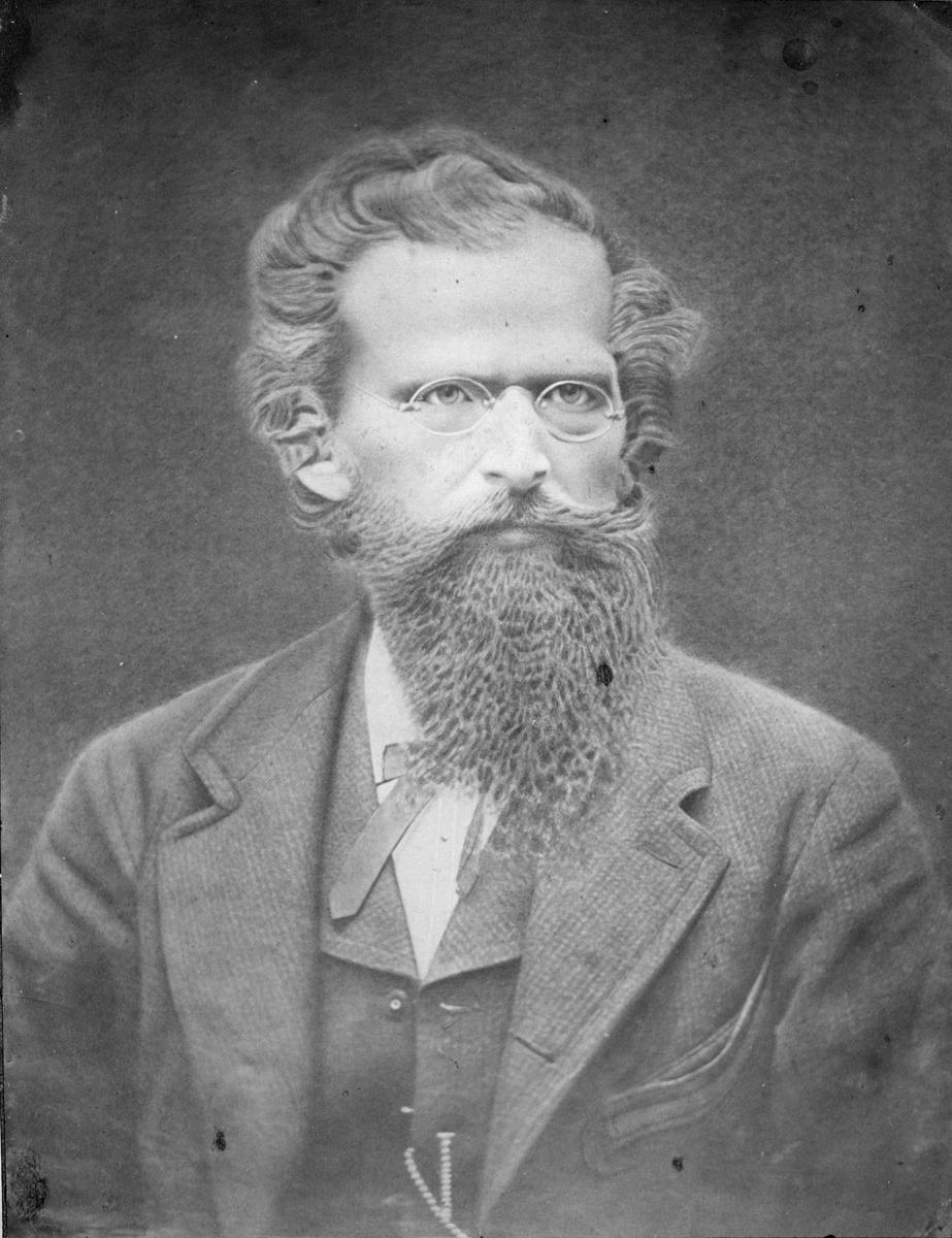 Carl Helge Julius Palmcrantz (1842-1880) var en mångsidig uppfinnare. Han konstruerade en mekanisk räknemaskin, en cykel och en slåttermaskin. Kulsprutan som han utvecklade gjorde honom förmögen. Företaget som Helge Palmcrantz grundade, AB Palmcrantz & Co, blev en av dåtidens största svenska industrier.