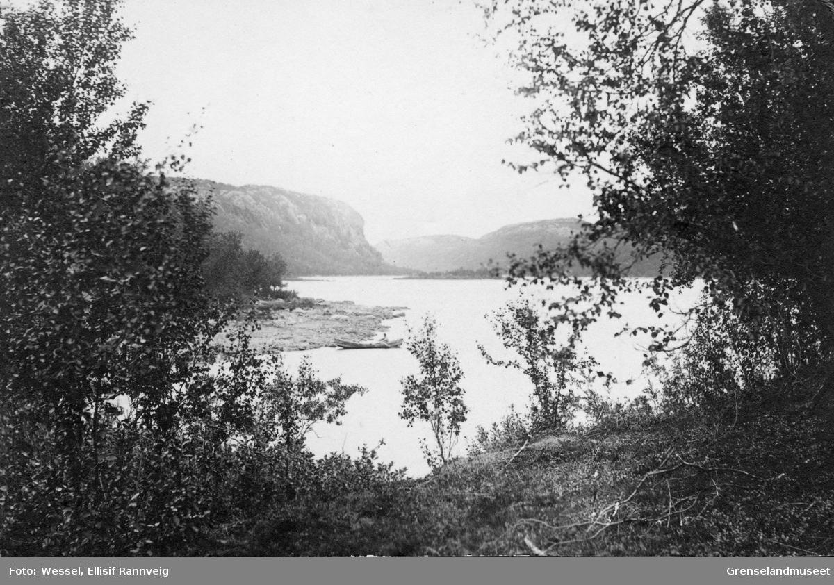 Strandparti ved Harefossen på norsk side av Pasvikelva, ca 1900.