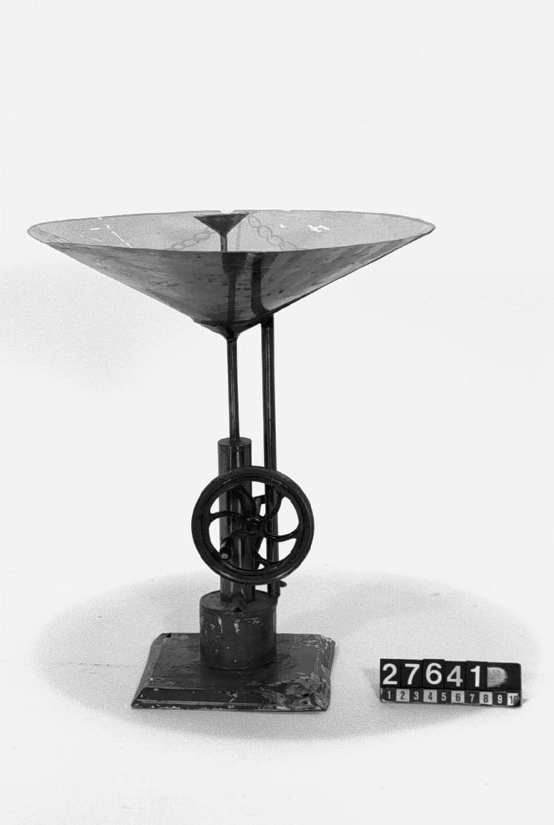 Leksak med oscillerande cylinder och springbrunn med trattformad bassäng, att vevas för hand eller med maskin. Pumpen är av samma typ som cylindrarna på lokomotivet TM 27.638 och ångmaskinen TM 27.640. Har troligen drivits av  TM 27.639.