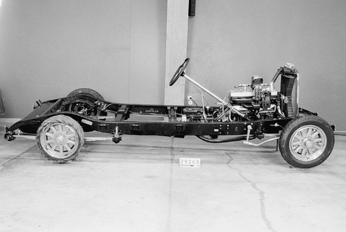 Uppskuren motor med chassi använt vid undervisning på bilskola. Fallförgasare, DecoRemy tändfördelare, Lockheeds hydrauliska bromsar. Handbroms på kardanaxeln. Halvelliptiska bladfjädrar med stötdämpare fram. Ett däck är uppskuret för att visa diagonalcorden. Många detaljer är förkromade vilket de inte var på de serietillverkade bilarna.  Sexcylindrig sidventilmotor, cylindervolym 4,4 liter Effekt 94 hk vid 2 500 varv/minut Fyra växlar och backväxel  Även 4st specialgjorda pallbockar hör till, mått: 2st c:a 500mm höga och 2st c:a 380mm höga, totalvikt alla bockarna-31,7kg.