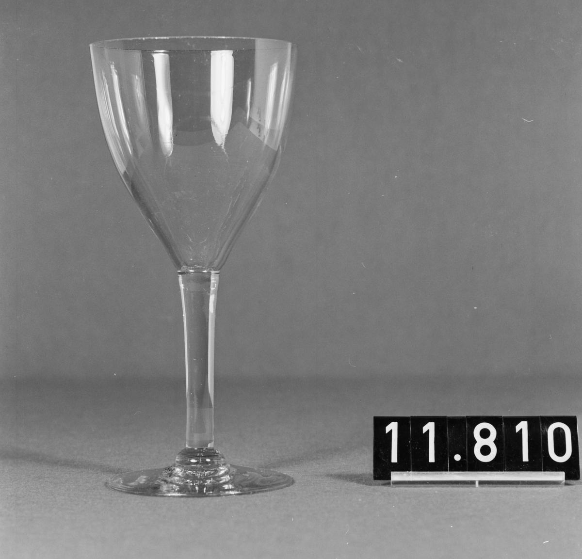 Demonstrationsserie av 8 ämnen i olika stadier av tillverkningen av ett vinglas på fot, slipad kristall. Höjd 160-250 mm.