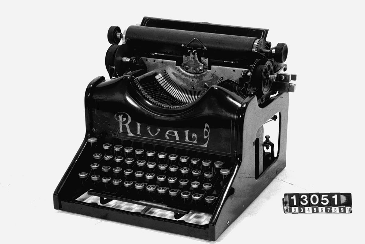 Typarmsmaskin med tangentbord och synlig skrift i 2 skift. Stil Pica. Texten på tangenterna är förmodligen norska.