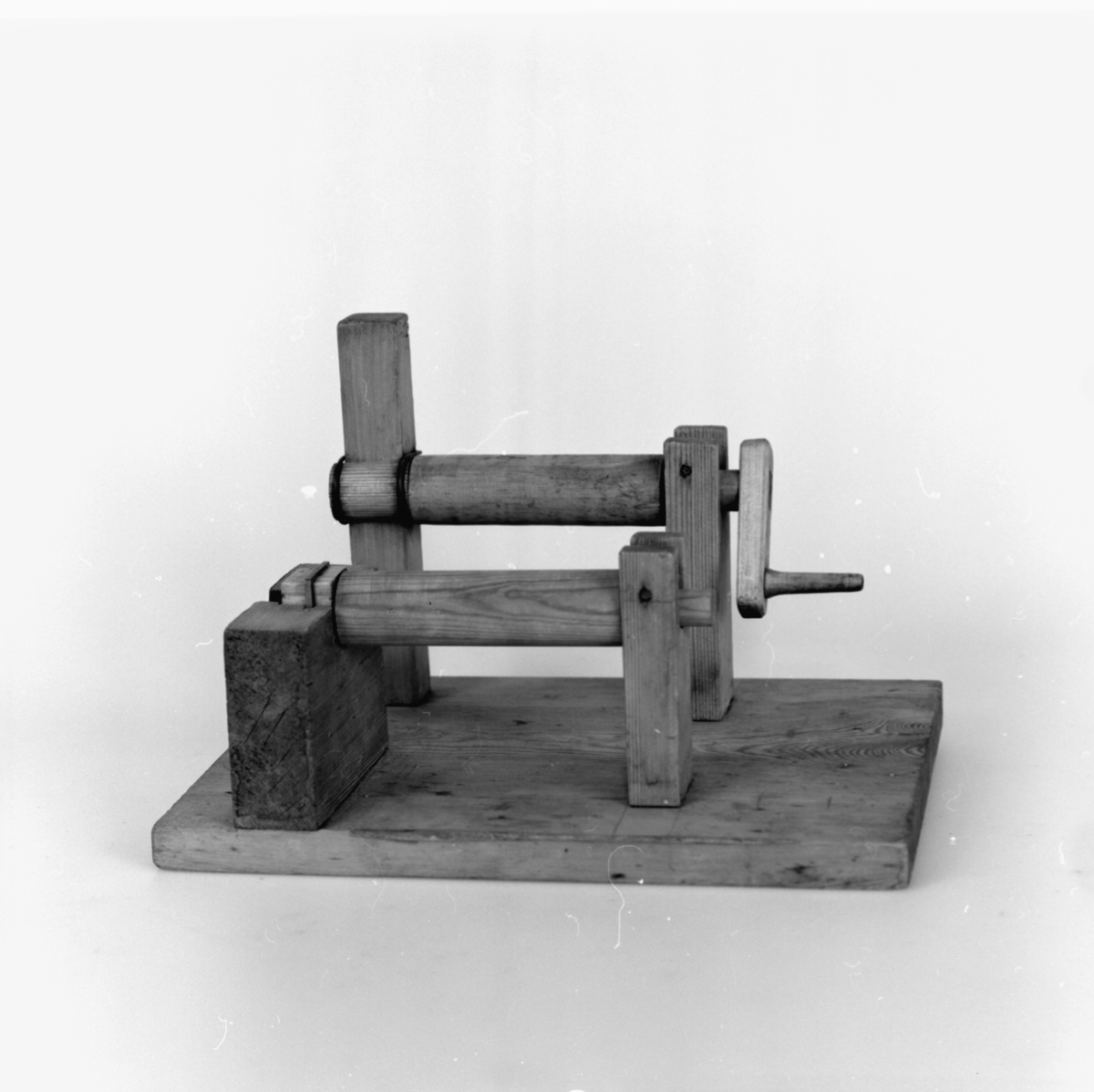 Modell ur Polhems mekaniska alfabet. Text på föremålet: III, IV. Exempel på leder: hylsan som ligger över axeltappen gjordes enligt Cronstedt av trä, som smordes med talg.