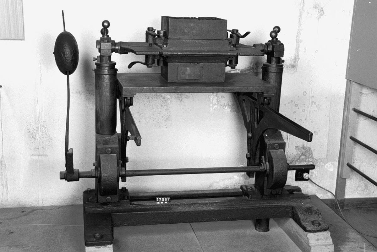Formmaskin för järngjuteri, med svängbart brätt.