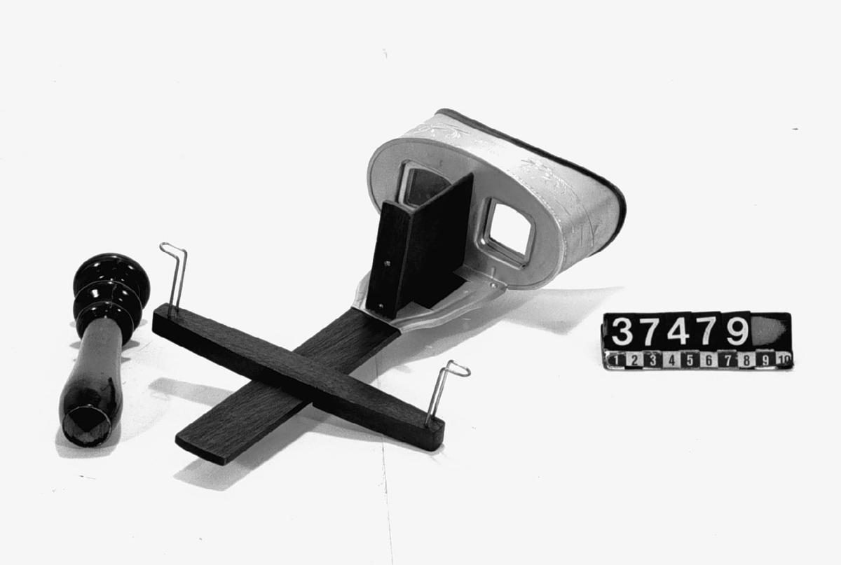 Hohner's stereoskop i lyxutförande, komplett med bildhållare och handtag. Tillbehör: Trähandtag.