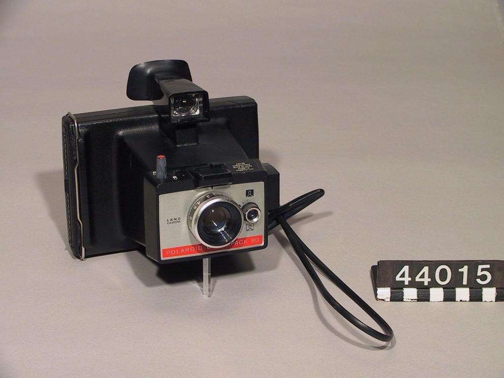 Direktbildskamera Polaroid Colorpack 80 av svart plast med handlovsrem, 3-elements lins f/9,2 114 mm och elektronisk slutare 1/500 till 10 sekunder. Fokuseringsinställningen sker manuellt med en roterbar ring runt objektivet försedd med avståndsmarkeringar. Exponeringen är helt automatisk med hjälp av den inbyggda ljussensorn men kan kompenseras med en ratt för att få en ljusare eller mörkare bild. Om ljusförhållandena är otillräckliga kan det inbyggda blixtaggregatet med hållare för en kubblixt användas. Kameran använder Polaroid Packfilm Serie 80 för färg (ISO 75) eller svartvit (ISO 3000) film. Filmkänsligheten ställs in med en omkopplare. I sökarfönstret finns en röd fyrkant som markerar huvudets plats vid porträttfotografering. Slutarelektroniken strömförsörjs med två 1,5-volts batterier.