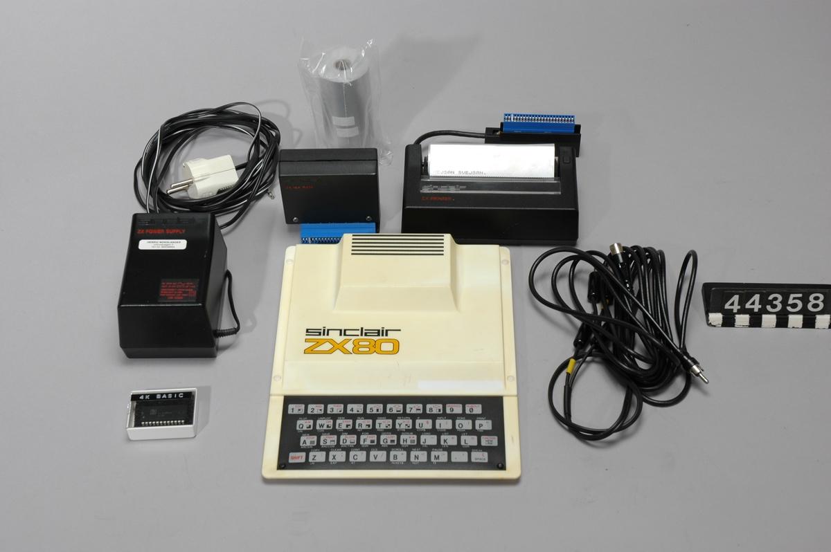 """Hemdator i vit plast. Texten """"sinclair ZX80"""" tryckt på ovansidan. Membrantangentbord med snabbkommandon. Upphöjning i ovandelen som rymmer en kylfläns till strömförsörjningen och den avskärmade RF-enheten. Expansionsport, RF-utgång samt tre 3,5 mm phono-kontakter för strömmatning och anslutning till bandspelare (MIC och EAR). Processorn var NEC µPD780C-1 som var en kopia av Zilog Z80. Klockfrekvensen var 3,25 MHz. 4 kB ROM-minne och 1 kB RAM-minne.  Datorn har uppgraderats med en modernare BASIC-tolk av ZX81-typ. Därför har även tangentbordet bytts ut till ett ZX81-tangentbord. Tillbehör: Nätdel. Troligen komplettering - senare typ. För engelska marknaden. Stickpropp bytt. Minnesexpansion, Sinclair ZX 16K RAM Skrivare, Sinclair ZX Printer Två rullar skrivarpapper (termo). Ett monterat i skrivaren. Antennsladd Sladd för anslutning till bandspelare. Dubbel med 3,5 mm phono-kontakter i vardera änden. 4 KB BASIC-tolk i plastask. Ursrpungligt innan uppgradering. Originalkartonger"""
