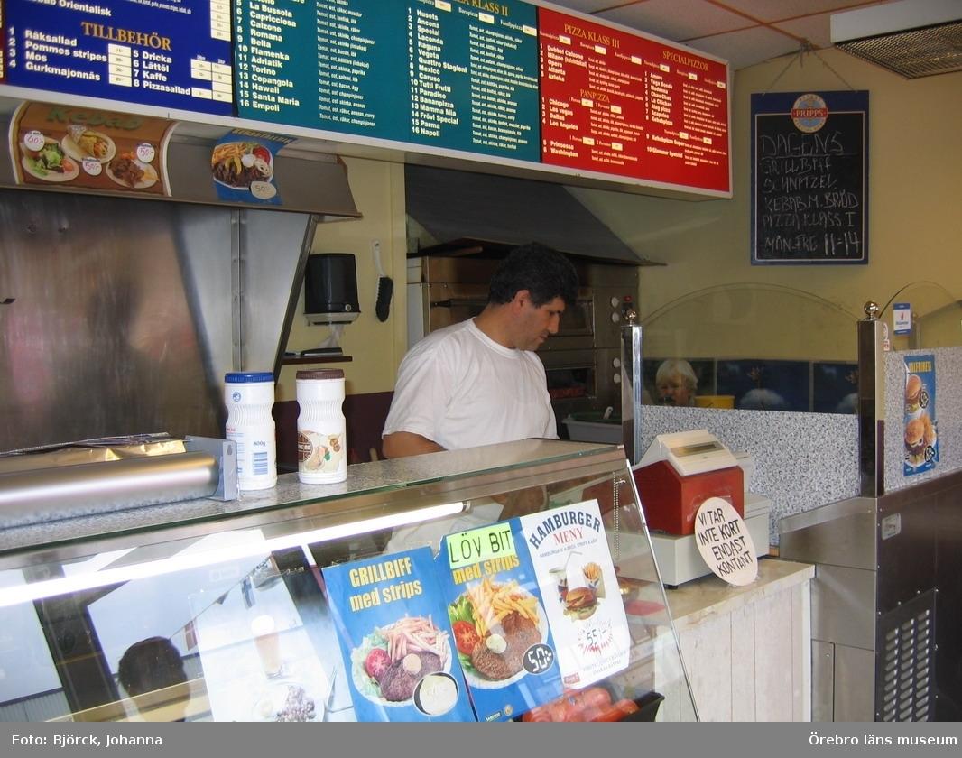 """Pizzeria Glamour i Frövi, interiör, beställningsdisk och menytavla.Bilder tagna i samband med dokumentationsprojektet """"Pizzerior och paraboler"""", delprojektet """"Pizzerior i Örebro län"""".Dnr: 2004.250.068"""