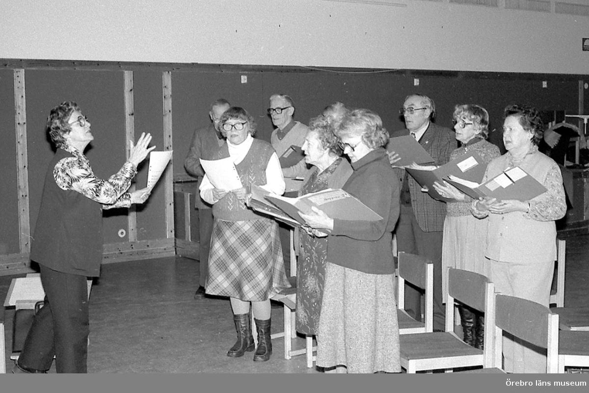 """""""Folket i Brickebacken""""  kör,  sång, bilden tagen av ungdomar från fritidsgården."""
