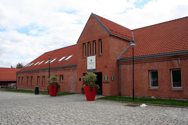 Gyldenborgs nordlige fasade vender mot den staselige festningen. (Foto/Photo)