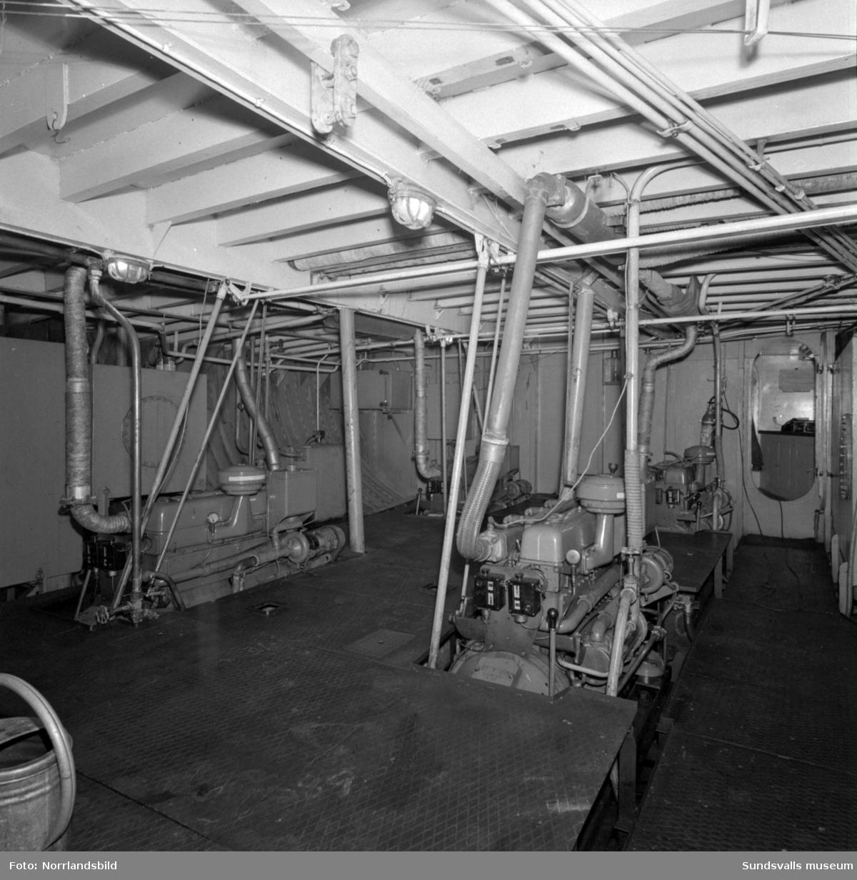 Färjan Alnö-2 vid färjeläget i Fillan. Även bilder från maskinrummet.